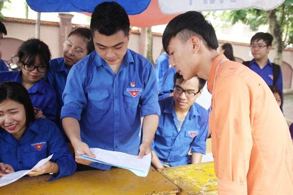 Em Lô Văn Thái đang được sinh viên tình nguyện hướng dẫn tìm chỗ ở.