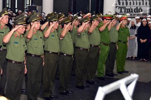 Đoàn Đảng ủy Công an Trung ương do Thượng tướng Bùi Văn Nam - Thứ trưởng Bộ Công an vào viếng.