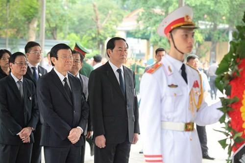 Chủ tịch nước Trần Đại Quang và nguyên Chủ tịch nước Trương Tấn Sang vào viếng.