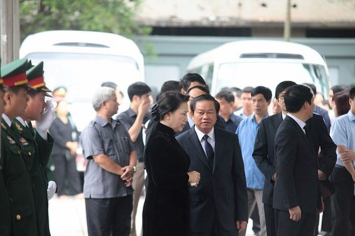 Chủ tịch Quốc hội Nguyễn Thị Kim Ngân đến viếng các liệt sỹ
