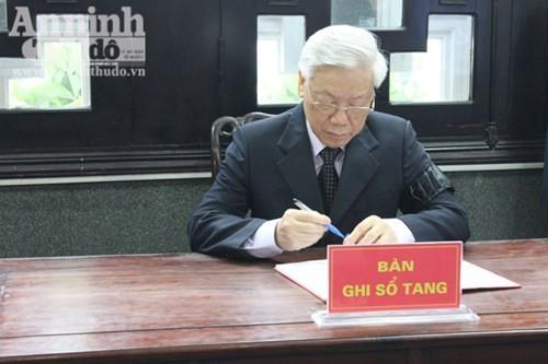 Viết trong sổ tang, Tổng Bí thư Nguyễn Phú Trọng bày tỏ sự thăm hỏi ân cần và gửi lời chia buồn sâu sắc đến thân nhân các liệt sĩ.