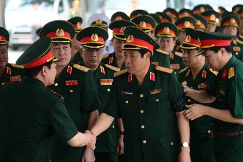 Đại tướng Phùng Quang Thanh, nguyên Bộ trưởng Bộ Quốc phòng cũng có mặt tại Nhà tang lễ để tiễn biệt những người đồng chí, đồng đội.