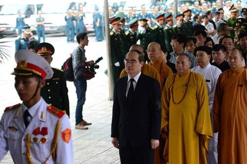 Chủ tịch Ủy ban Trung ương Mặt trận Tổ Quốc Việt Nam Nguyễn Thiện Nhân cũng có mặt từ sớm tại Nhà tang lễ Bộ Quốc phòng và vào viếng.
