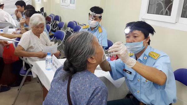 Các bác sĩ Viện Y học Phòng không – Không quân đang khám bệnh cho người dân.