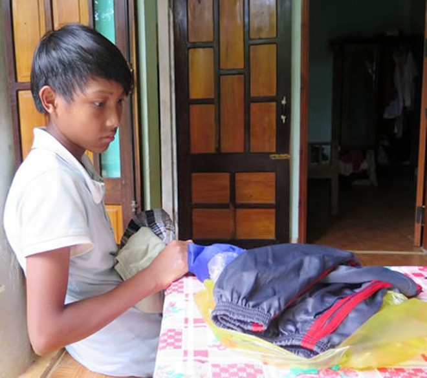 Em Hồng Văn Cầu được người dân địa phương mua cho quần áo mới.