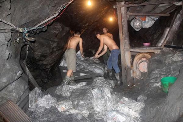 Các phu vàng lao động ở một bãi vàng khu vực Làng Hồi, xã Phước Hiệp.