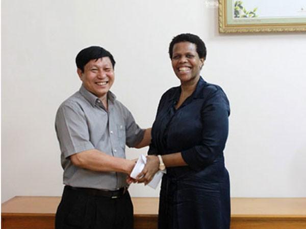 Thượng tá An Văn Huân, Phó Tổng biên tập Báo An ninh Thủ đô đã trao 30 triệu đồng cho bà Kgomotso Ruth Magau, Đại sứ Đặc mệnh toàn quyền Cộng hòa Nam Phi tại Việt Nam.