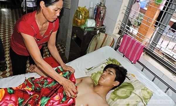 Nạn nhân Đạt đang nằm điều trị tại bệnh viện.