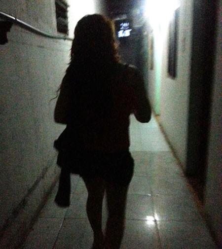 Cô gái dẫn khách vào nhà trọ bình dân.