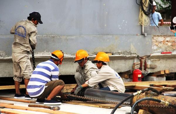 Để đảm bảo độ chính xác, các công nhân phải làm việc rất tỉ mỉ, đến từng cm.