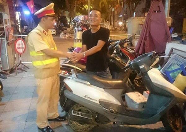 Ông Nguyễn Hùng Anh vui mừng khi nhận lại chiếc xe là kỷ vật của người vợ quá cố.
