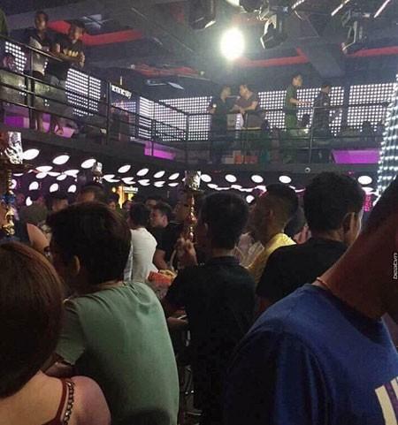 Cảnh sát ập vào quán bar Lam Kinh.