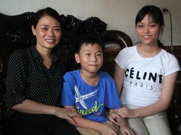Trang bên mẹ và em trai.