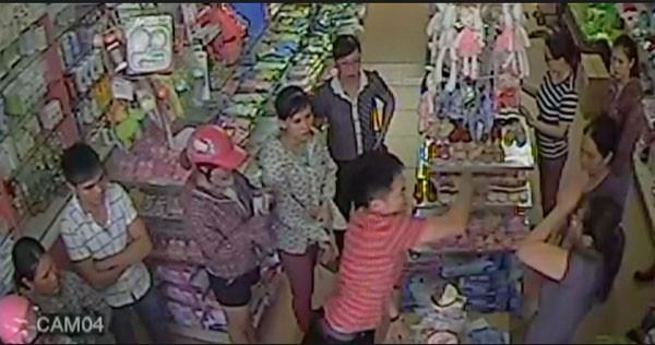 Hình ảnh Cường dùng tay tát chị Bắc (chủ siêu thị) được cắt từ clip do camera siêu thị ghi lại.