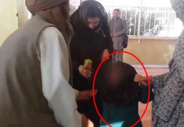 Gharibgol, 6 tuổi buộc phải kết hôn với một người đàn ông 55 tuổi.