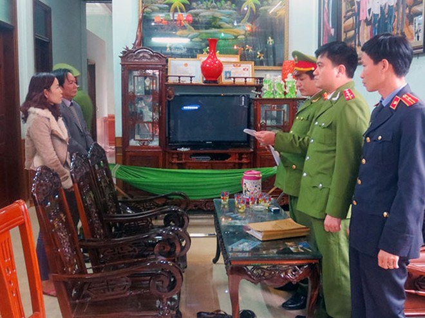 Cơ quan Cảnh sát điều tra Công an tỉnh Quảng Bình đọc quyết định khởi tố vụ án, khởi tố bị can đối với Lê Quốc Văn - Giám đốc DNTN Hiếu Trung về hành vi trốn thuế.
