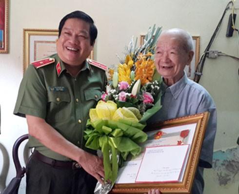 Thiếu tướng Lưu Quang Hợi trao quà và chúc sức khỏe đồng chí Nguyễn Xuân Thảo.