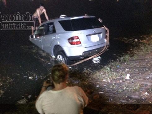 Đội cứu hộ đang tìm cách đưa xe vào bờ.