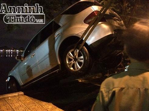 Xe sang Mercedes ML350 mất lái bay ra giữa hồ Trúc Bạch ảnh 5