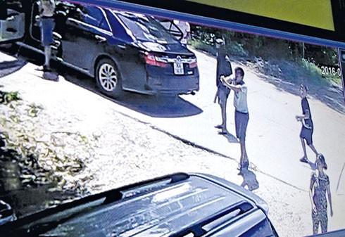Hình ảnh côn đồ kéo đến nhà dân truy sát giữa ban ngày được ghi lại từ camera.