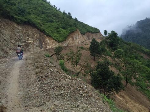 Đường đi cheo leo vách núi, nguy cơ sạt lở rất lớn