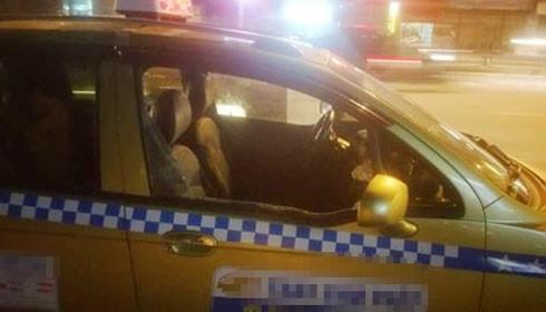 Chiếc xe taxi bị đập phá hư hỏng.