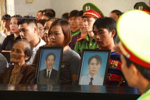 Người nhà nạn nhân mang di ảnh của bị hại đến tham dự phiên tòa.