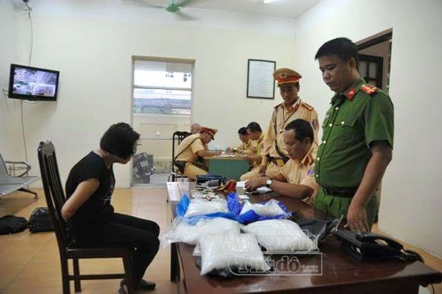 Các đối tượng cùng tang vật ma túy đá bị đưa về trụ sở cơ quan điều tra để làm việc.
