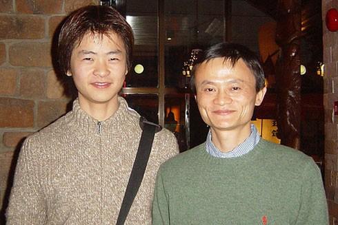 Jack Ma sinh năm 1964, có bố mẹ là nghệ sĩ nghèo nhưng giàu tình yêu với con cái. Vì thế lúc nhận ra thiếu tình yêu với con, ông đã sửa chữa sai lầm. Đây là một bức ảnh hiếm hoi được công bố ông chụp cùng con trai.