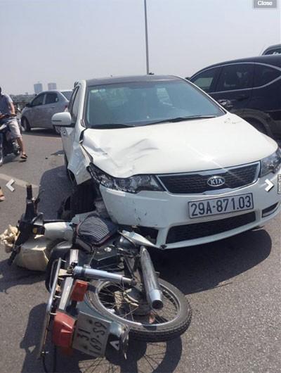 Tại nạn liên hoàn nghiêm trọng trên cầu Vĩnh Tuy, xe ô tô con đâm 4 xe máy
