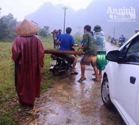 Nhóm côn đồ dùng xe máy tẩu tán gỗ lậu.