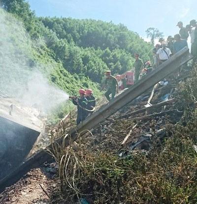 Các cơ quan chức năng có mặt dập tắt đám cháy.