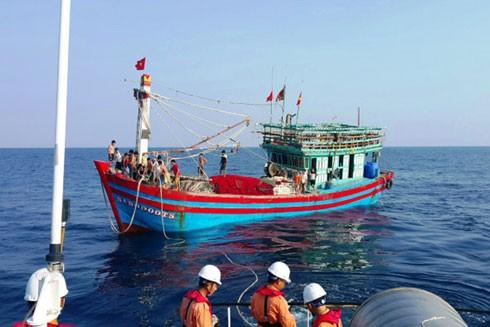 Tàu cá NA 90000TS cùng với các thuyền viên được lai dắt về bờ an toàn.