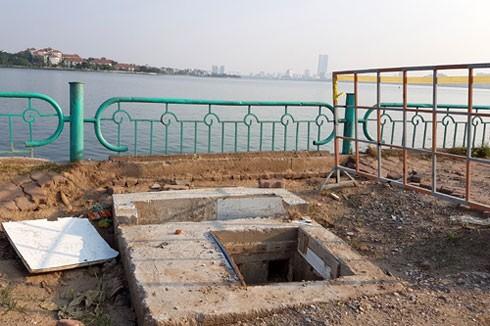 Có khoảng 30 cống nước vẫn hàng ngày xả thải trực tiếp xuống hồ Tây.
