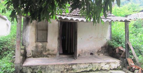 Ngôi nhà nhỏ của cô giáo Phạm Hoàng Ngân nằm bên quốc lộ.