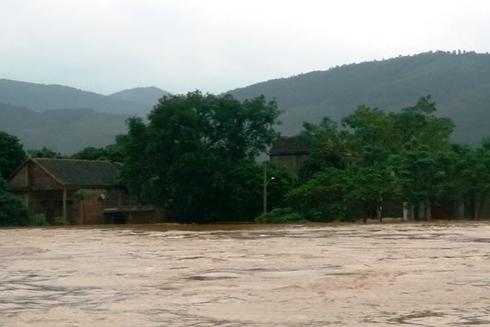 Lũ chồng lũ, nhiều làng mạc ở Quảng Bình lại chìm trong biển nước.