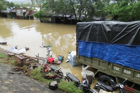 Tài sản của người dân bị ngập trong nước.
