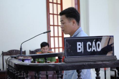 Vi Văn Viện trước vành móng ngựa trong phiên xét xử sáng nay.