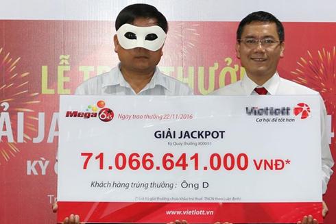 Đại diện công ty xổ số điện toán trao thưởng trên 71 tỷ đồng cho người đàn ông quê Quảng Ngãi. Ảnh: Vietlott cung cấp.
