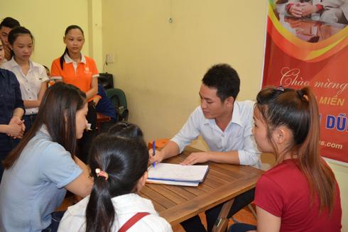 Nhiều sinh viên tham gia ghi danh hoạt động mua bán hàng đa cấp