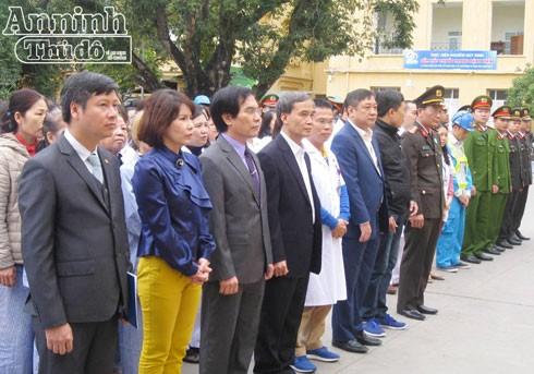 Thiếu tướng Phạm Xuân Bình, Phó Giám đốc CATP Hà Nội cùng đông đảo cán bộ, nhân viên y tế của Bệnh viện đa khoa Đống Đa tại lễ phát động giữ gìn vệ sinh môi trường