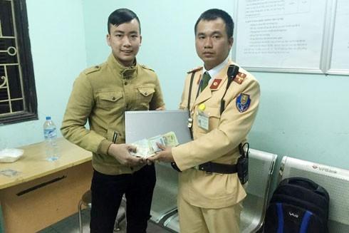 CSGT trao trả tài sản cho anh Tuấn.