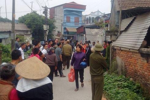 Người dân hiếu kì tập trung trước cổng căn nhà xảy ra sự việc.