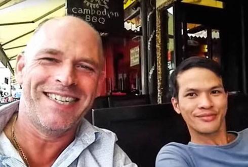 Đối tượng Dũng (bên phải) và người tình đồng giới người Hà Lan (bên trái).