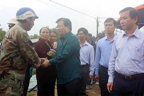 Phó Thủ tướng Trịnh Đình Dũng chia sẻ với các gia đình bị thiệt hại trong vùng lũ bị cô lập do mưa lũ.