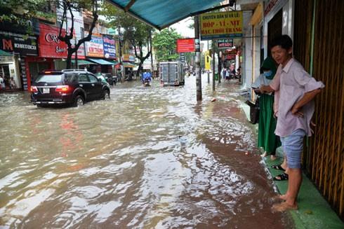 Nhiều tuyến đường trung tâm thành phố Quảng Ngãi bị ngập nặng do mưa lớn trong những ngày qua.