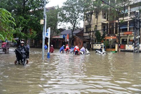 Ngã tư chính của thành phố Quảng Ngãi bị ngập sâu trong nước sáng ngày 15-12.