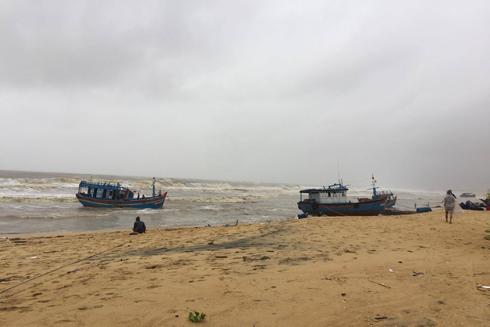 Nhiều tàu cá bị hư hỏng, dạt ra biển.