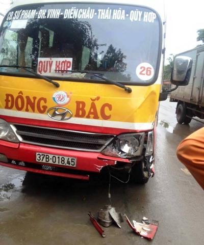 Chiếc xe buýt hư hỏng nhẹ phần đầu sau va chạm.