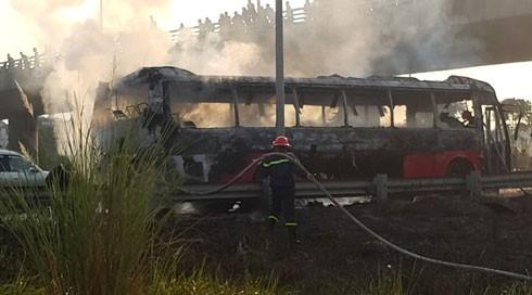 Hà Nội: Xe khách đang chạy bất ngờ bốc cháy dữ dội